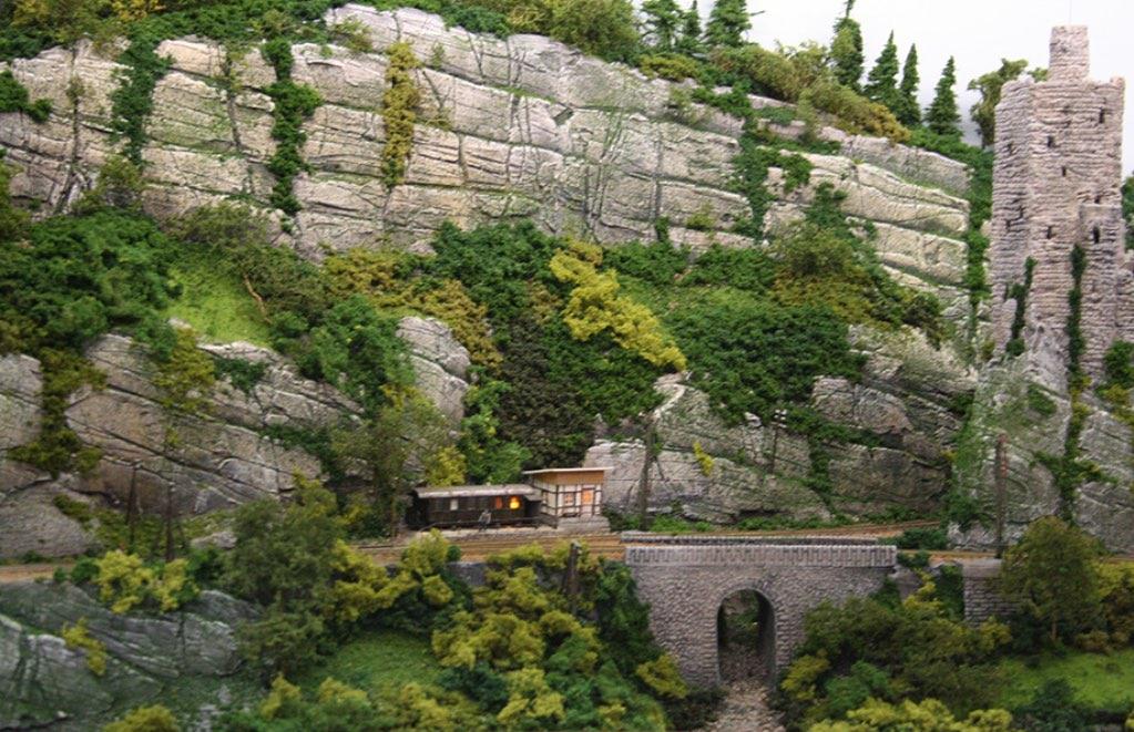 Modelspoorbaan Burg Oberlöwenstein, imposante rotspartijen met de blokpost