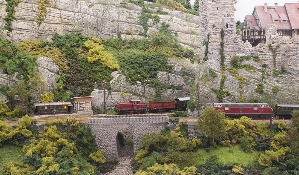 Modelspoorbaan Burg Oberlöwenstein, Gemengde trein moet wachten op sneltrein.