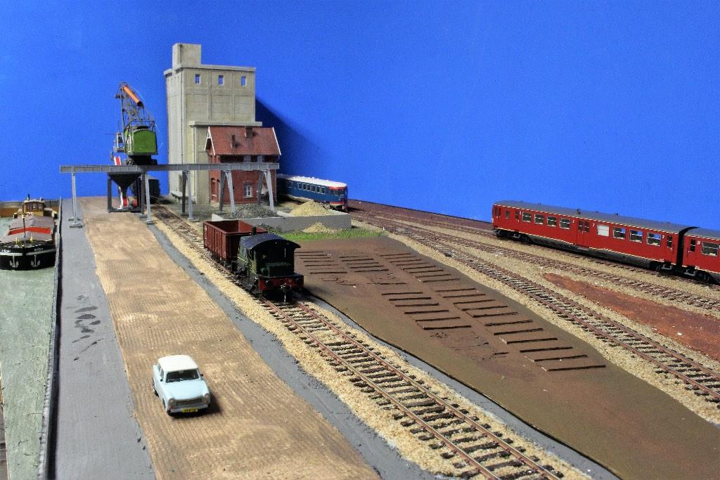 Modelspoorbaan De Oude Haven Locomotor SIK brengt een open wagon.