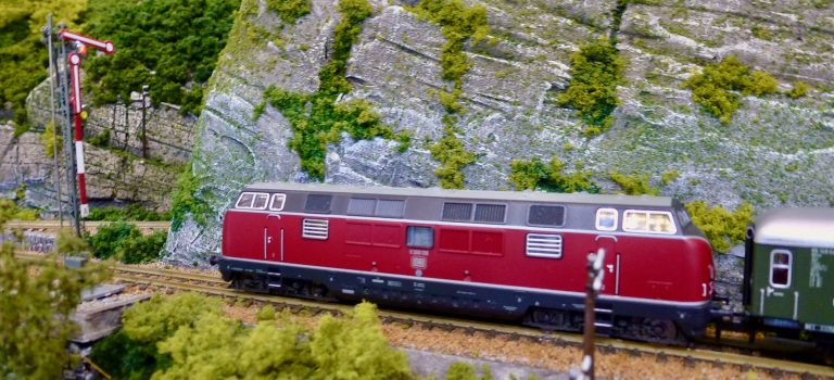 The Chiltern Model Railway Exhibition 2019 - Modelspoorclub Maas en Waal - Burg Oberlöwenstein - V200 wacht voor sein.