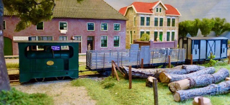 The Chiltern Model Railway Exhibition 2019 - Modelspoorclub Maas en Waal - Koningswaal - Stoomtram met goederenwagens.