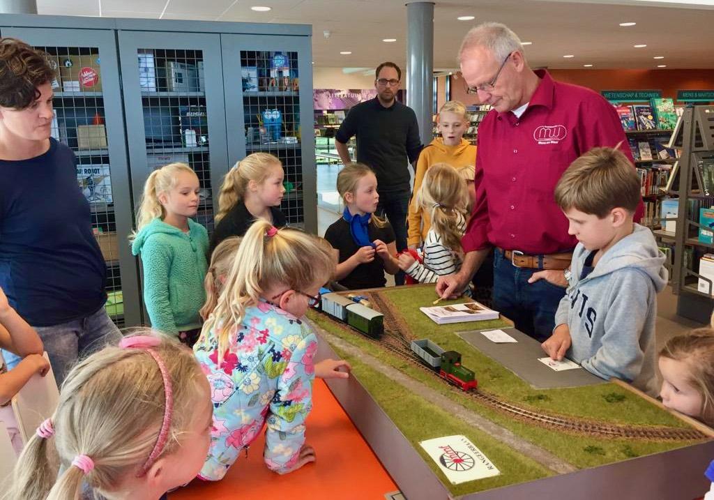 Algemeen 20191005 - Nick met rangeerpuzzel in Biblioteek Geldermalsen