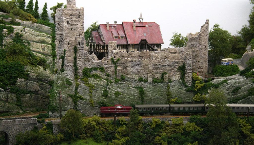 Modelspoorbaan Burg Oberlöwenstein, Onder de burcht een passerende personentrein
