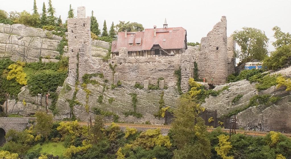 Modelspoorbaan Burg Oberlöwenstein, ruïne met het gerestaureerde gedeelte van de burg.