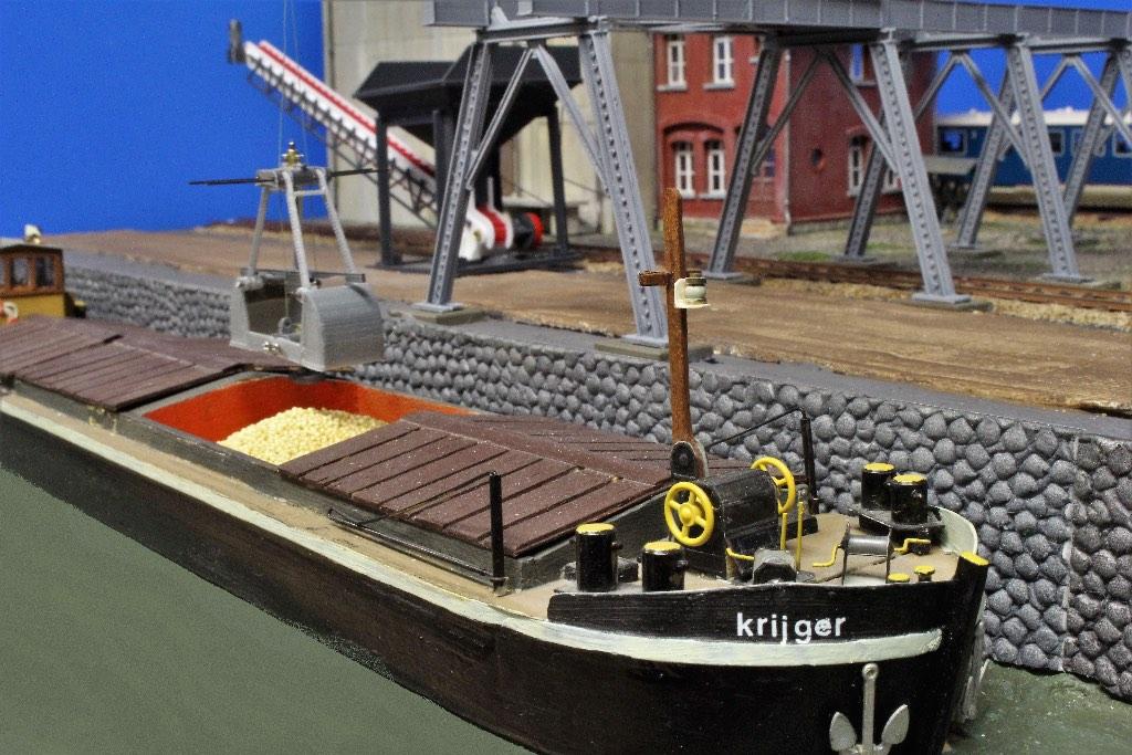 Modelspoorbaan De Oude Haven - Binnenvaartschip KRIJGER wordt gelost